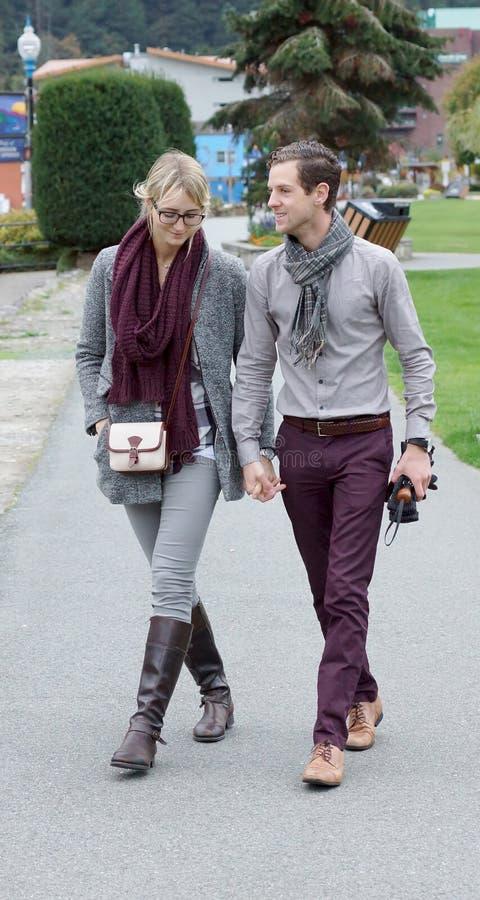 Jonge Aantrekkelijke Paar het Lopen holdingshanden royalty-vrije stock afbeelding