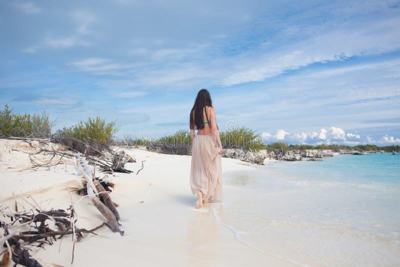 Jonge aantrekkelijke vrouw in bikini en lange rok Het mooie meisje geniet van de de zomerzon royalty-vrije stock afbeelding