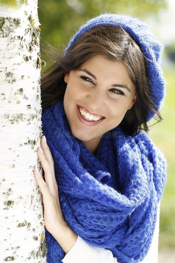 Jonge aantrekkelijke vrouw dicht bij een berkboom stock foto's