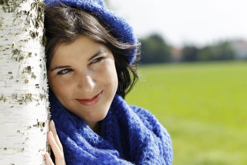 Jonge aantrekkelijke vrouw dicht bij een berkboom royalty-vrije stock foto