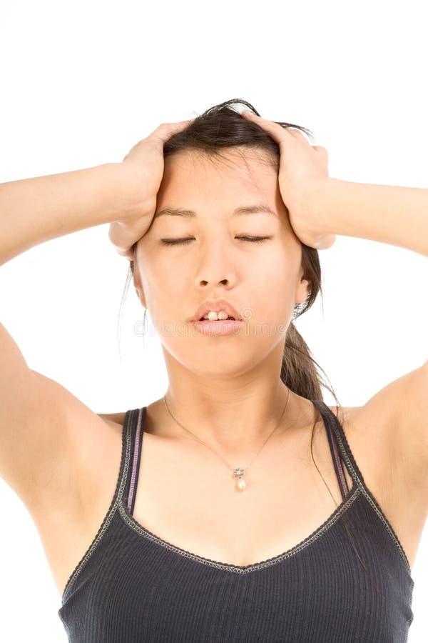 Jonge aantrekkelijke vrouw die aan hoofdpijn lijdt stock foto's