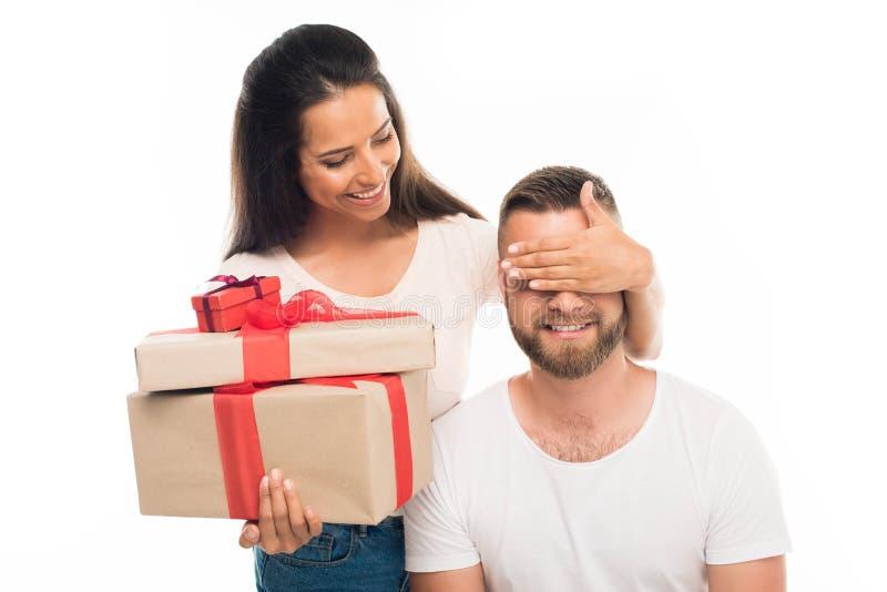 jonge aantrekkelijke vrouw die haar vriend verrassen door giften, stock afbeelding