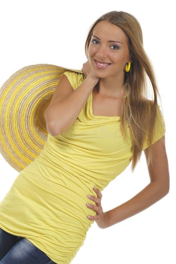 Jonge aantrekkelijke vrouw met geel overhemd en strawhat royalty-vrije stock afbeelding