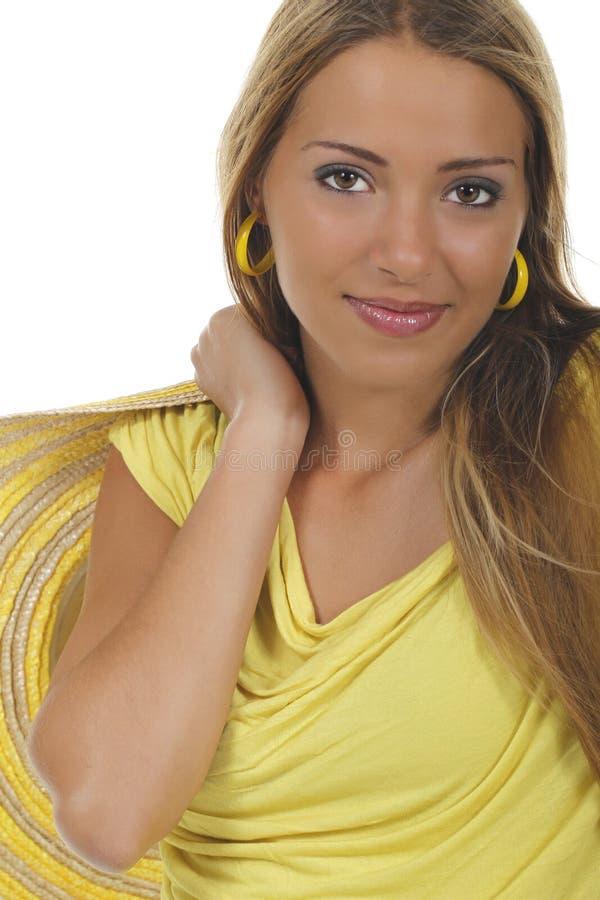Jonge aantrekkelijke vrouw met geel overhemd en strawhat royalty-vrije stock foto