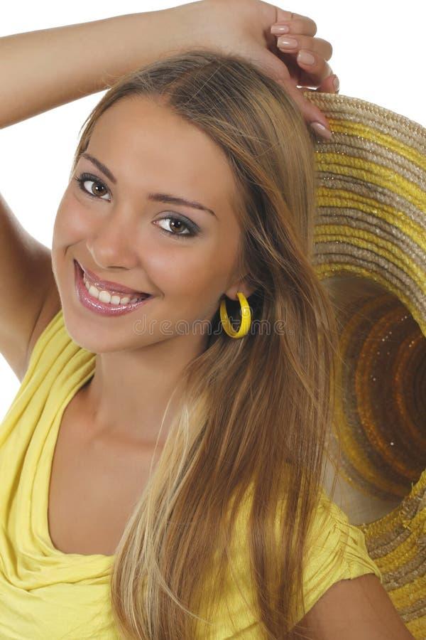 Jonge aantrekkelijke vrouw met geel overhemd en strawhat stock fotografie