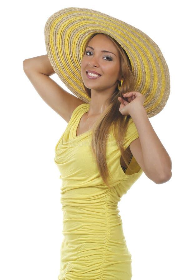 Jonge aantrekkelijke vrouw met geel overhemd en strawhat stock foto