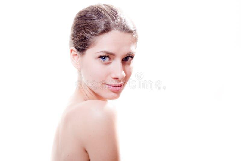 Jonge aantrekkelijke vrouw met het mooie blauwe ogen leuke glimlachen & het bekijken camera wit portret als achtergrond royalty-vrije stock foto