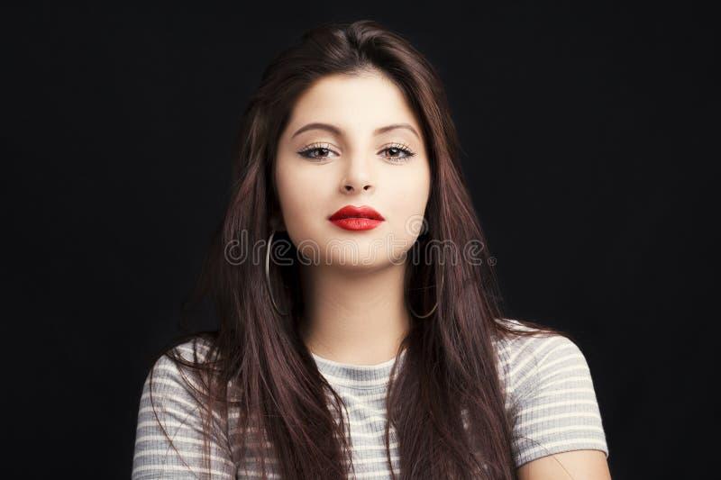 Jonge aantrekkelijke vrouw met lang zwart haar royalty-vrije stock foto