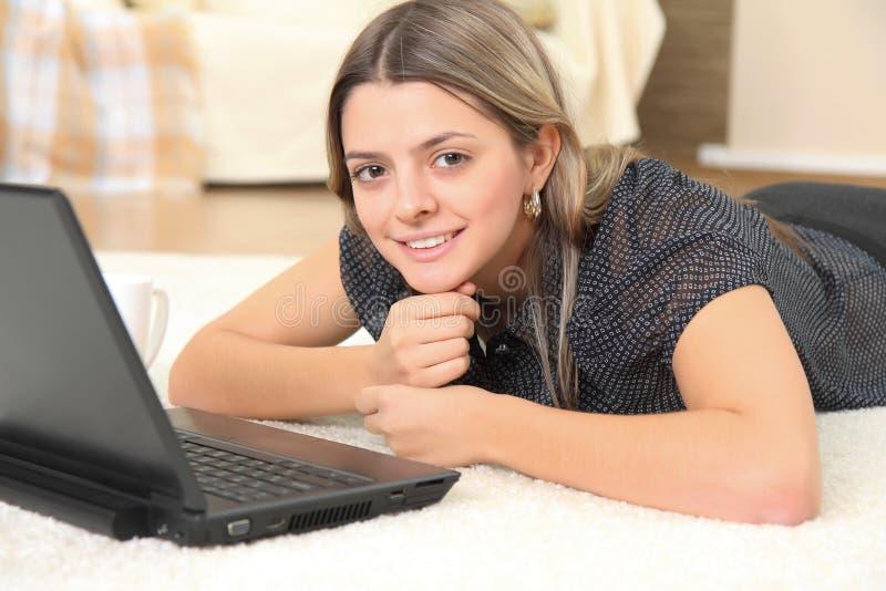 Jonge aantrekkelijke vrouw met laptop royalty-vrije stock fotografie