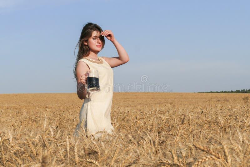 Jonge aantrekkelijke vrouw in mooie natuurlijke kleding met glas van D stock foto's