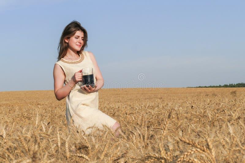 Jonge aantrekkelijke vrouw in mooie natuurlijke kleding met glas van D stock afbeeldingen