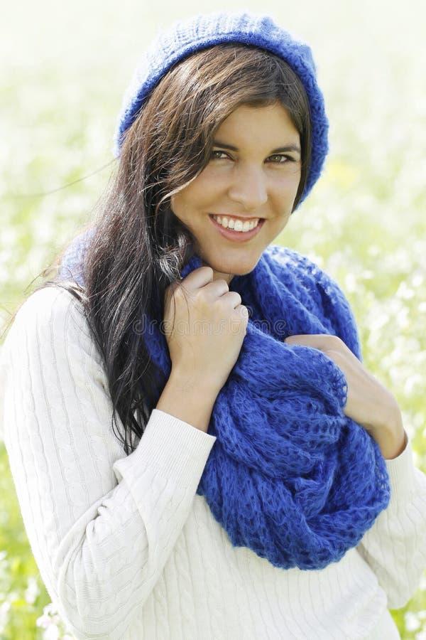 Jonge aantrekkelijke vrouw op een wit bloemgebied stock afbeelding