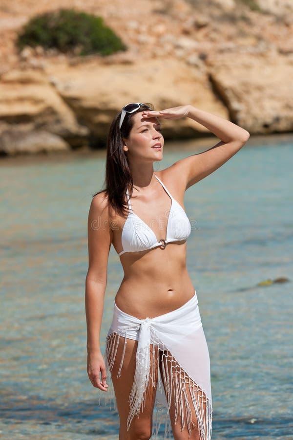 Jonge aantrekkelijke vrouw op het strand royalty-vrije stock afbeeldingen