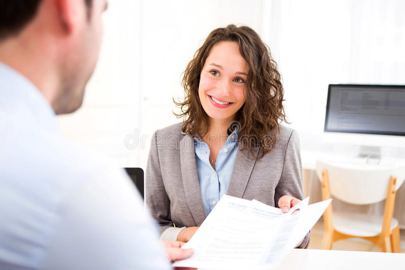 Jonge aantrekkelijke vrouw tijdens baangesprek stock afbeeldingen