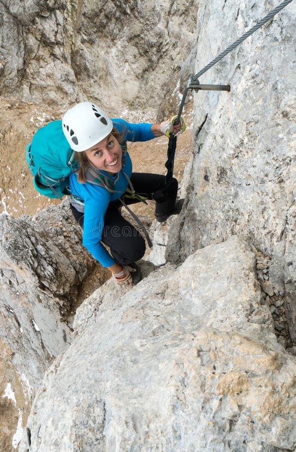 Jonge aantrekkelijke vrouwelijke alpinist in het Dolomiet van Italië royalty-vrije stock afbeeldingen