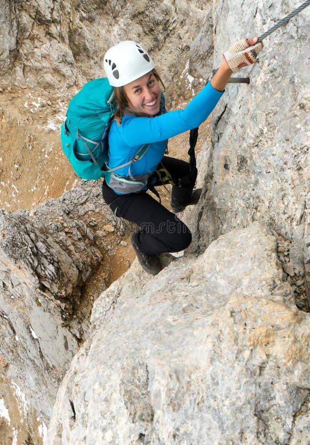 Jonge aantrekkelijke vrouwelijke alpinist in het Dolomiet van Italië stock afbeeldingen