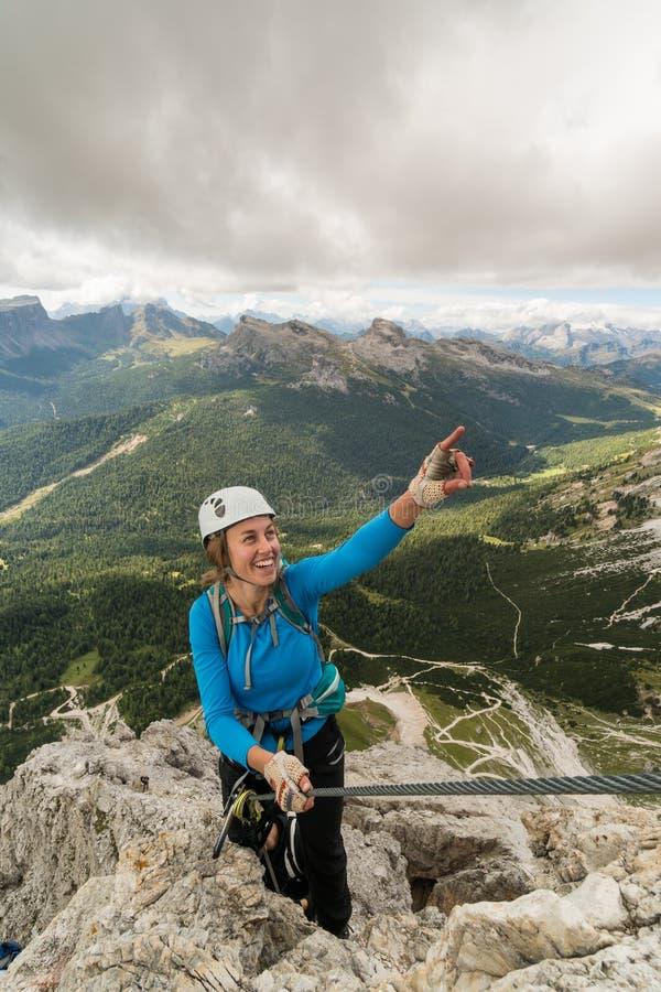 Jonge aantrekkelijke vrouwelijke alpinist op steil en blootgesteld via Ferrata in Alta Badia in Zuid-Tirol in Italiaanse Dolomi royalty-vrije stock fotografie