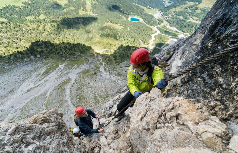 Jonge aantrekkelijke vrouwelijke alpinist twee in het Dolomiet van Italië met een grote panoramamening stock afbeelding