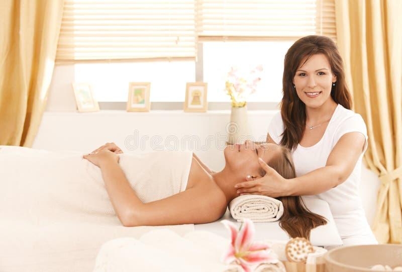 Jonge aantrekkelijke vrouw die schoonheidsbehandeling krijgen royalty-vrije stock fotografie