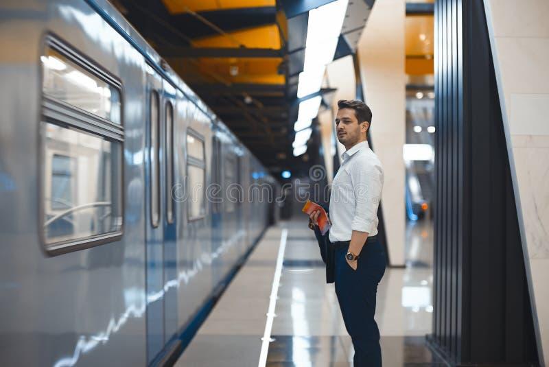 Jonge aantrekkelijke zakenman die op trein in metro of metro wachten royalty-vrije stock afbeeldingen