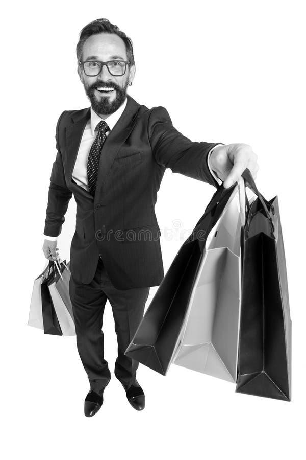 Jonge aantrekkelijke zakenmanholding het winkelen document zakken in verkoop en afzetmogelijkheidconcept die als klant of salesma royalty-vrije stock afbeeldingen