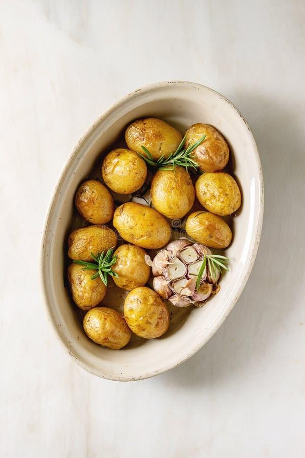 Jonge aardappelen in de schil royalty-vrije stock foto's