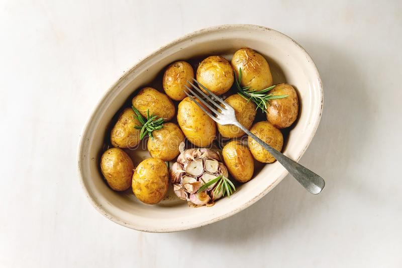Jonge aardappelen in de schil royalty-vrije stock fotografie
