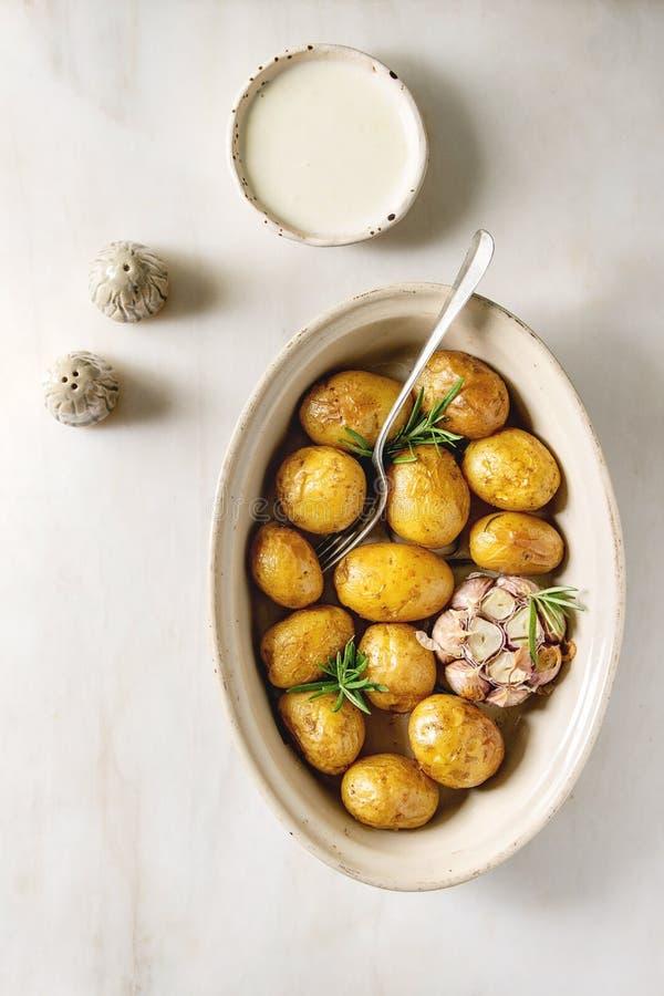 Jonge aardappelen in de schil stock foto