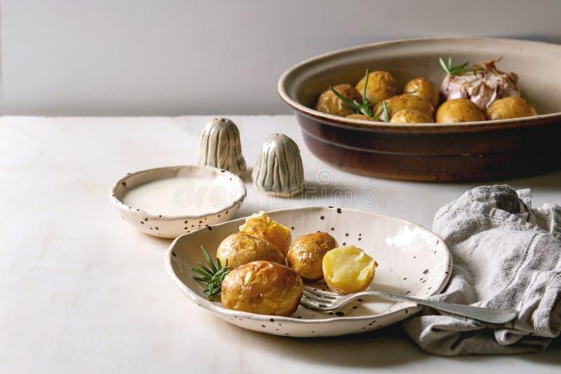 Jonge aardappelen in de schil stock afbeeldingen