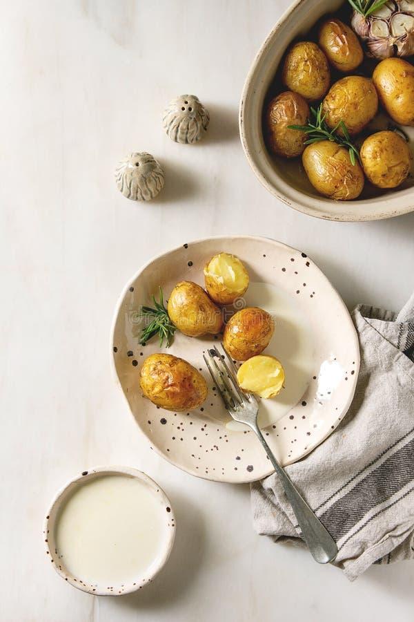 Jonge aardappelen in de schil stock fotografie
