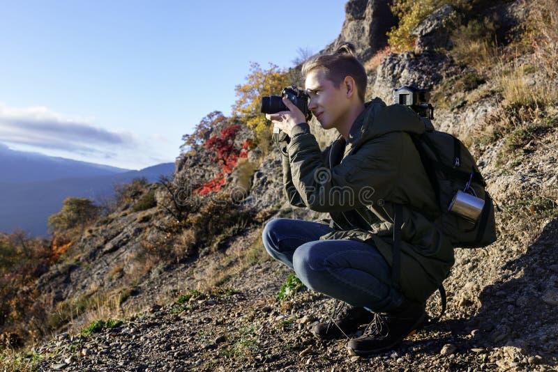 Jonge aardige kerel met rugzak in de bergen royalty-vrije stock afbeeldingen