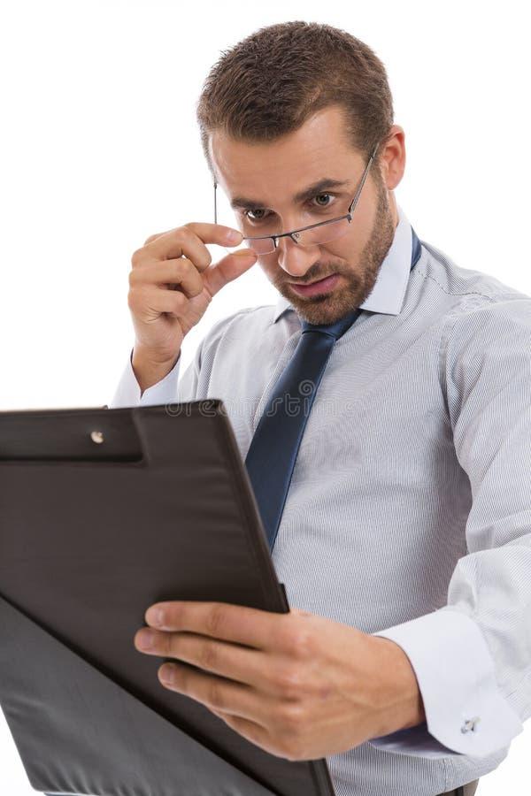 Jonge accountant die documenten bekijkt stock foto's