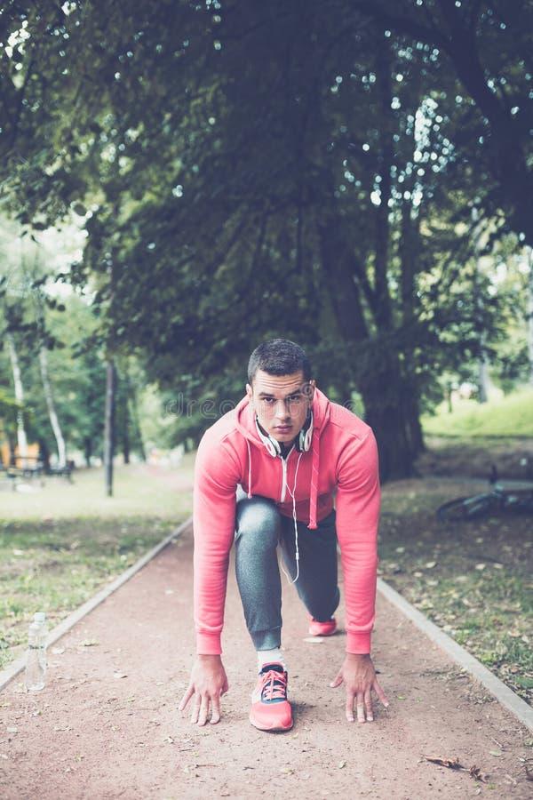Jonge actieve knappe mens in park stock afbeeldingen
