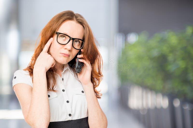 Jonge adviseur met de telefoon royalty-vrije stock fotografie