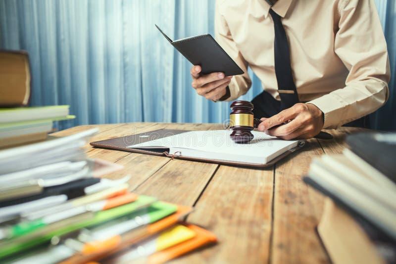Jonge advocaat bedrijfsmens die harde hoogste hulp werken zijn klantenverstand royalty-vrije stock foto's