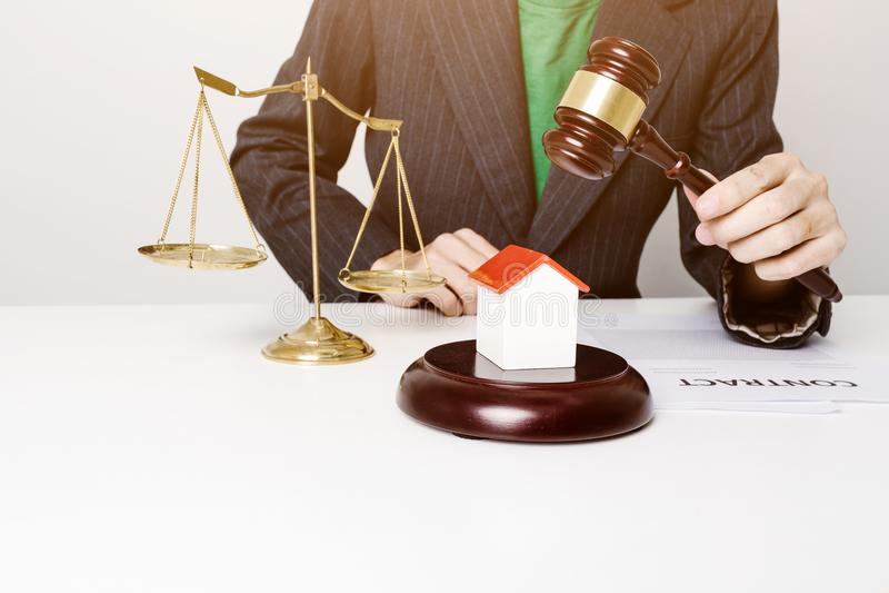 Jonge advocaat die het houten hamer werken houden royalty-vrije stock afbeelding