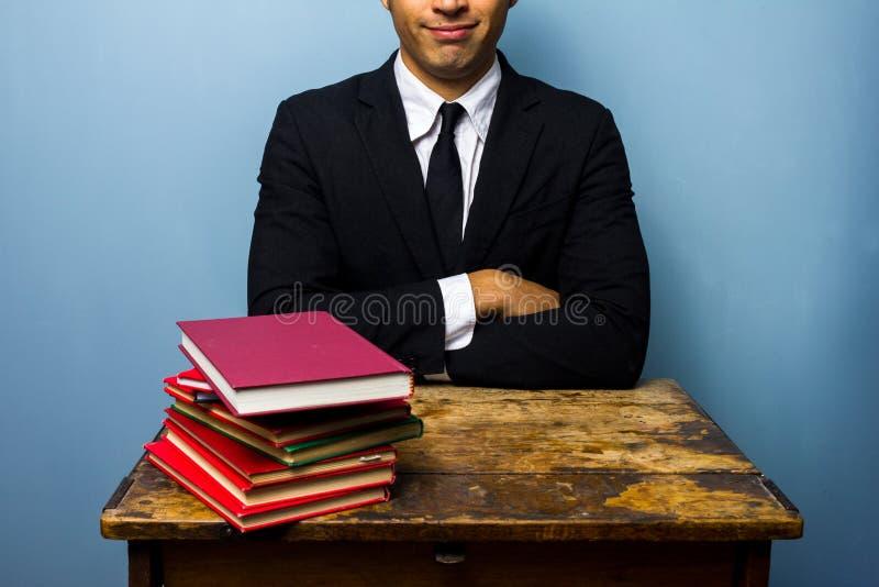 Jonge advocaat met stapel boeken stock foto's