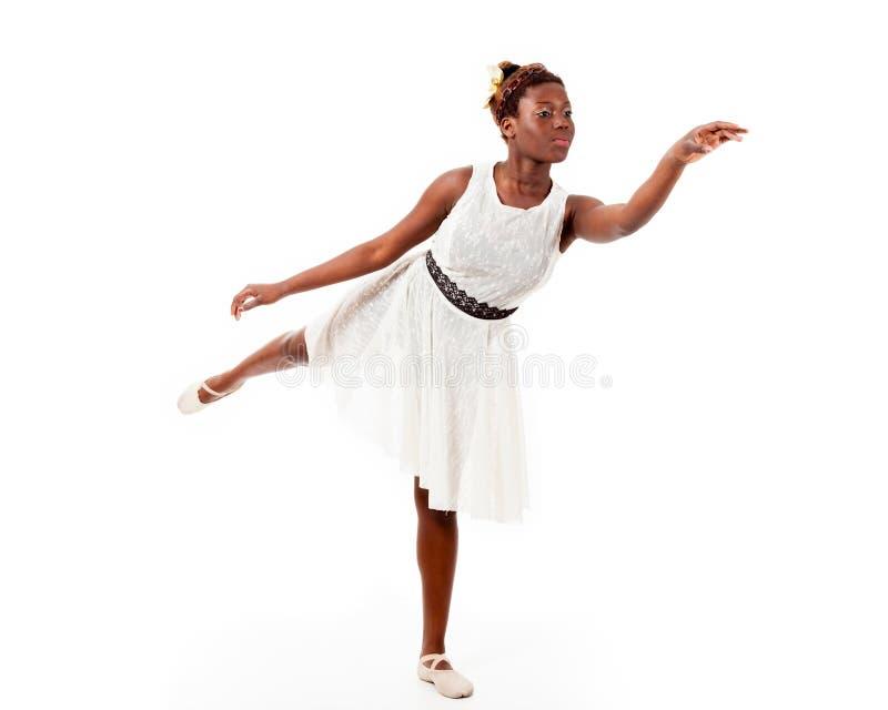 Jonge Afrikaans-Amerikaanse balletdanser in arabesque royalty-vrije stock fotografie