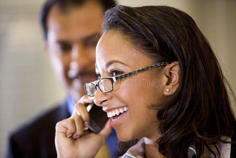 Jonge Afrikaans-Amerikaanse vrouw die op cellphone spreekt royalty-vrije stock afbeeldingen