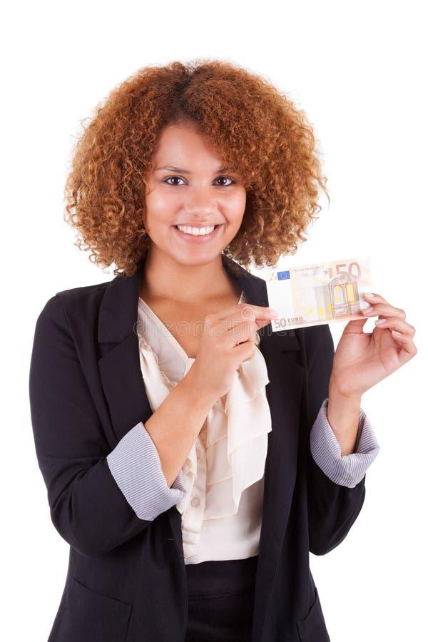 Jonge Afrikaanse Amerikaanse bedrijfsvrouw die een euro rekening houden - Afri stock foto