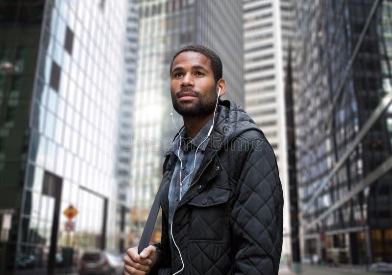 Jonge Afrikaanse Amerikaanse mens in bedrijfsdistrict stock foto