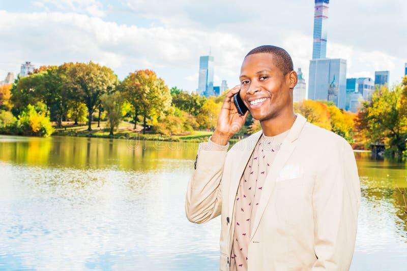 Jonge Afrikaanse Amerikaanse Mens die in Central Park, New York reizen stock foto