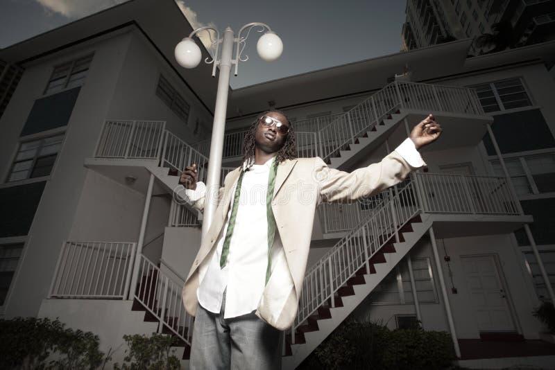 Jonge Afrikaanse Amerikaanse mens in het stedelijke plaatsen royalty-vrije stock afbeeldingen