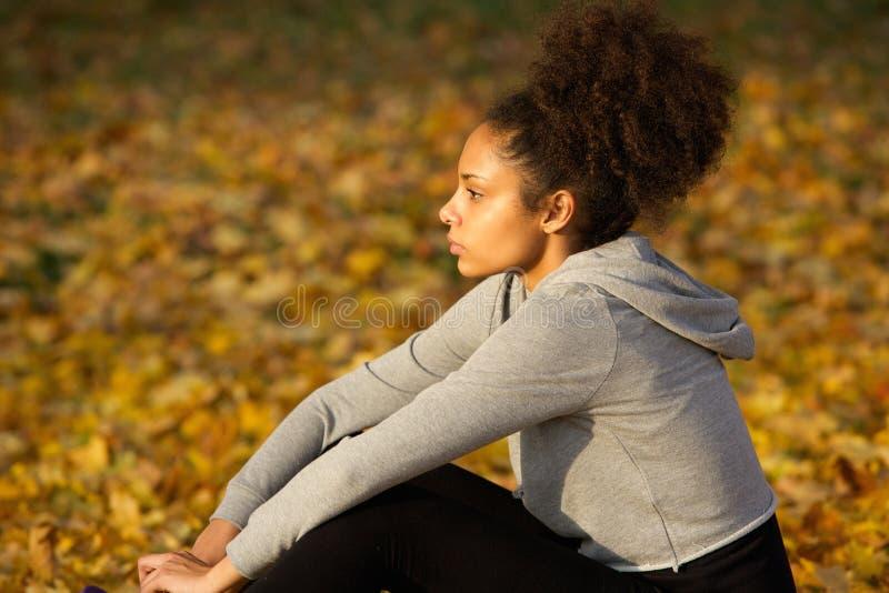 Jonge Afrikaanse Amerikaanse sportenvrouw die in openlucht rusten royalty-vrije stock fotografie
