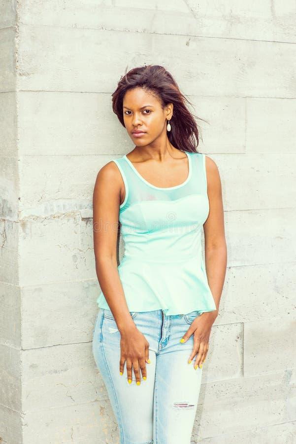 Jonge Afrikaanse Amerikaanse Toevallige Manier in New York stock fotografie