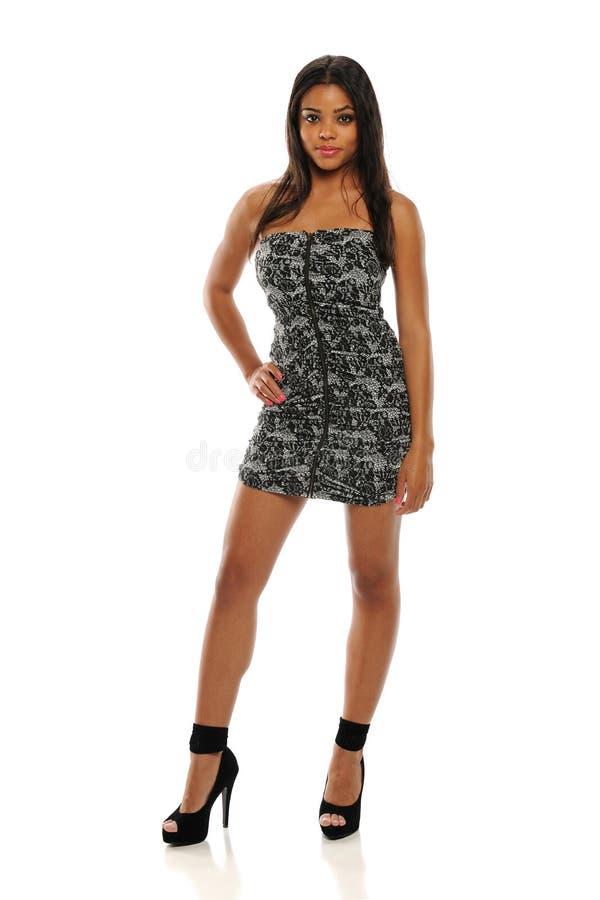 Jonge Afrikaanse Amerikaanse Vrouw die een korte kleding draagt stock foto's