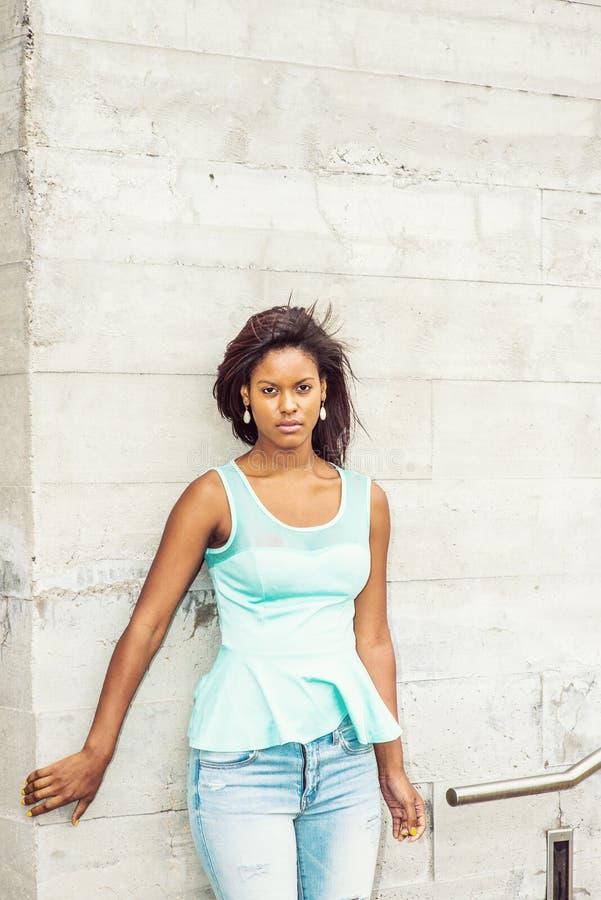 Jonge Afrikaanse Amerikaanse Vrouw die op u in New York wachten royalty-vrije stock fotografie
