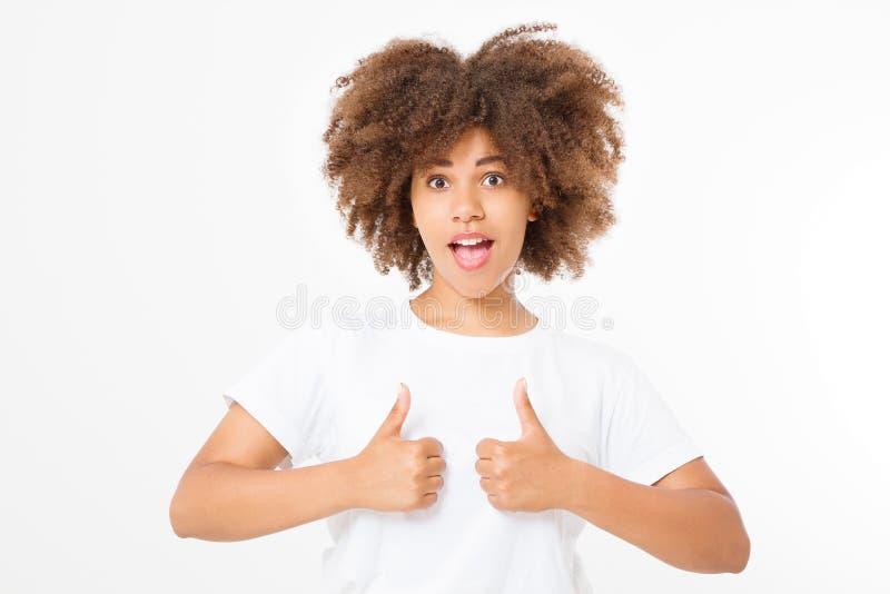 Jonge Afrikaanse Amerikaanse vrouw in malplaatje lege t-shirt die grote die duim tonen omhoog op witte achtergrond wordt geïsolee stock afbeeldingen