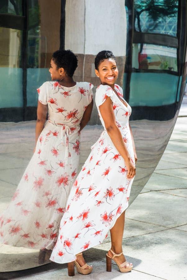 Jonge Afrikaanse Amerikaanse Vrouw met kort afrokapsel, status royalty-vrije stock foto