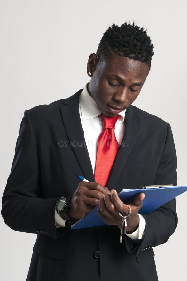 Jonge Afrikaanse Amerikaanse zakenman die een huissleutel houden stock afbeelding